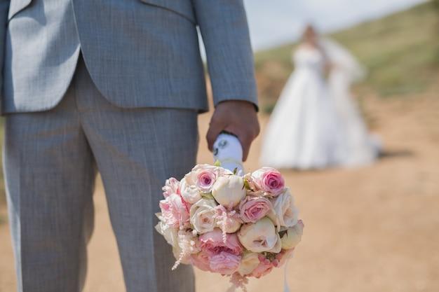 De bruidegom die op de bruid wacht. bijeenkomst van de pasgetrouwden