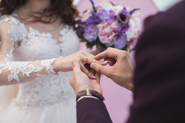 De bruidegom draagt de ringbruid