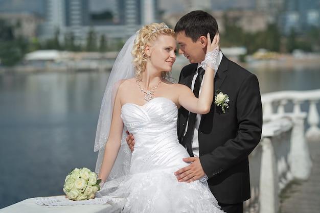 De bruidegom en de bruid op een strand in hun trouwdag