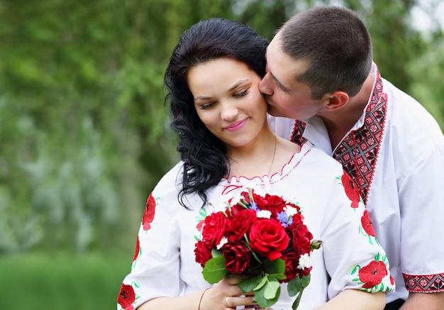De bruidegom kust de bruid