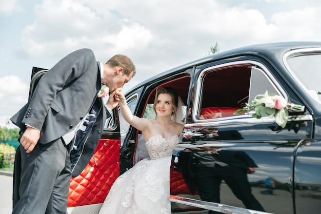 De bruidegom kust zijn geliefde hand