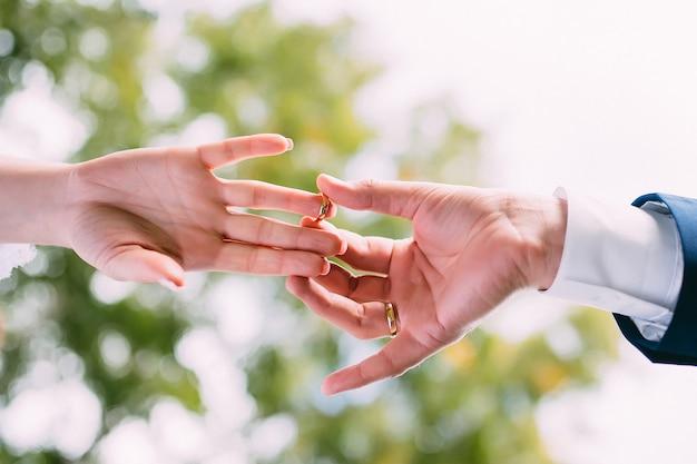 De bruidegom legt de trouwring om de vinger van de bruid