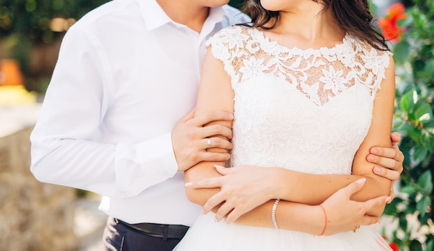 De bruidegom omhelst de bruid in het boshuwelijk in montenegro