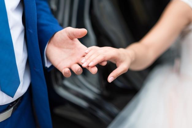 De bruidegom raakt de bruid zachtjes met zijn hand aan