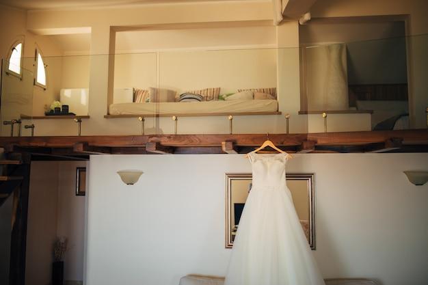 De bruiden kleden zich op een hanger in de kamer
