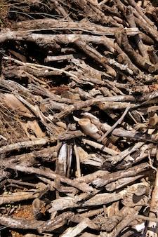De bruine droge gestapelde achtergrond van het brandhoutpatroon