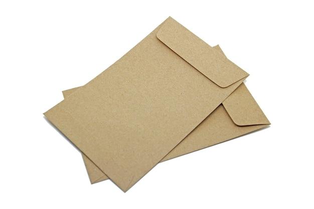 De bruine envelop isoleert op witte achtergrond