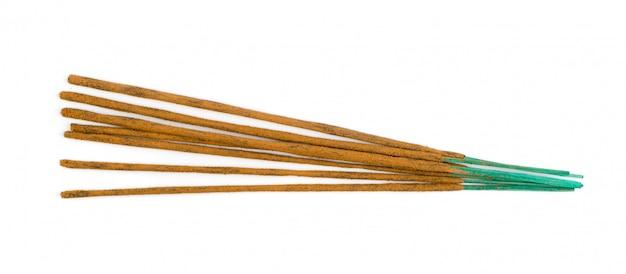 De bruine indische stokken van het wierookaroma die op witte achtergrond worden geïsoleerd