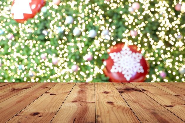 De bruine oude houten vloer op kerstmis bokeh achtergrond en heeft exemplaarruimte.