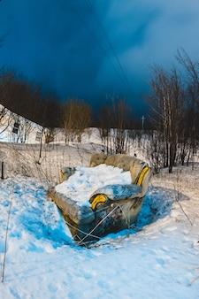De bruine stoel van de stoffenbank op sneeuw buiten huis