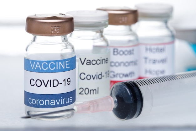 De buisjes en de injectiespuit van de covid-19-vaccinfles zijn klaar voor gebruik