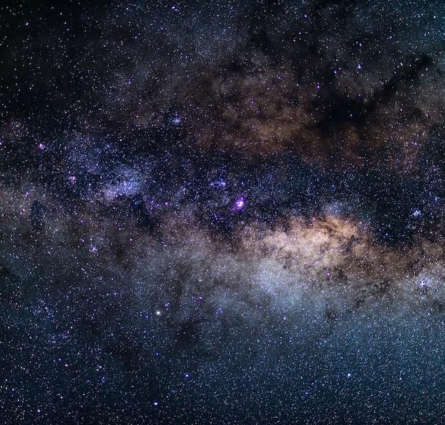 De buitengewone schoonheid en helderheid van de melkweg, met details van het heldere centrum