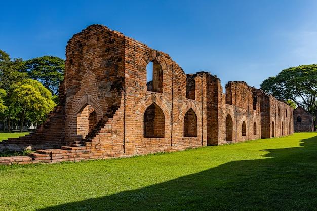 De buitenkant en de omgeving van somdet phra narai palace