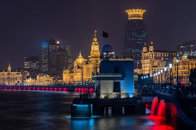 De bund in shanghai is een beroemd waterfrontgebied in centraal shanghai bij nacht, china.