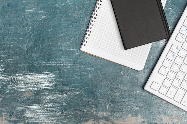 De bureaulijst met notadocument, computertoetsenbord en levering sluit omhoog