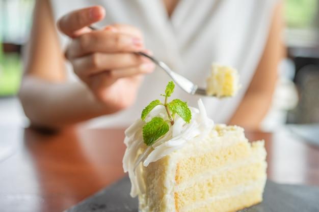 De cake opscheppen om te eten in caffe