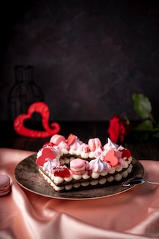 De cake van de valentijnskaartendag met exemplaarruimte