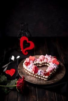De cake van de valentijnskaartendag met roos en harten