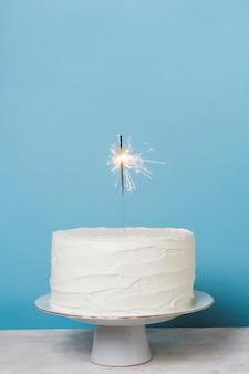 De cake van de vooraanzichtverjaardag met exemplaarruimte