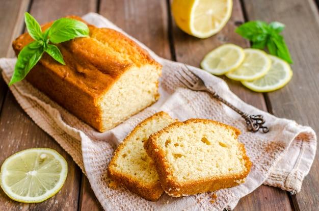 De cake van het citroenpond op rustieke houten achtergrond met citroen.