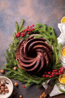 De cake van het kerstmisfruit, pudding op vakantieachtergrond.