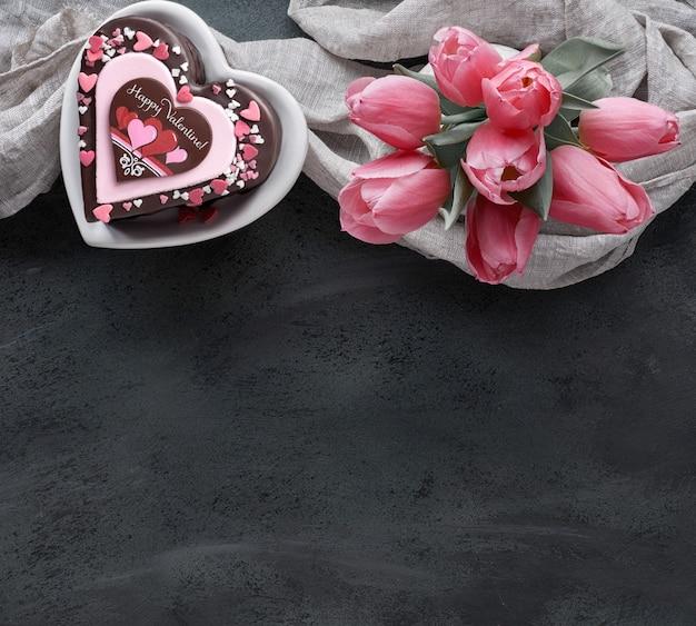 De cake van het valentijnskaartenhart met tekst