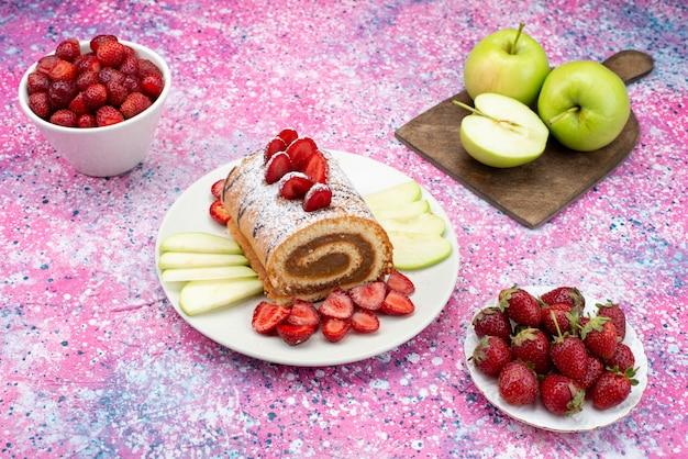 De cake van het vooraanzichtbroodje binnen plaat met appels en aardbeien op het gekleurde zoete fruit van het cakekoekje