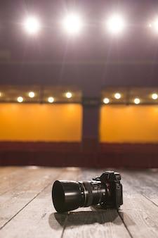 De camera op de houten vloer ter plaatse met lampen en schijnwerpers