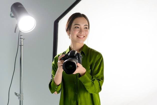 De camera van de de vrouwenholding van smiley