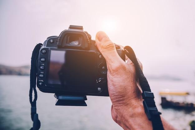De camera van de handholding bij reverachtergrond