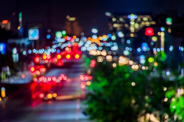 De camera van het onduidelijke beeld, bokeh op de weg van stad om naar stadscentrum te gaan.