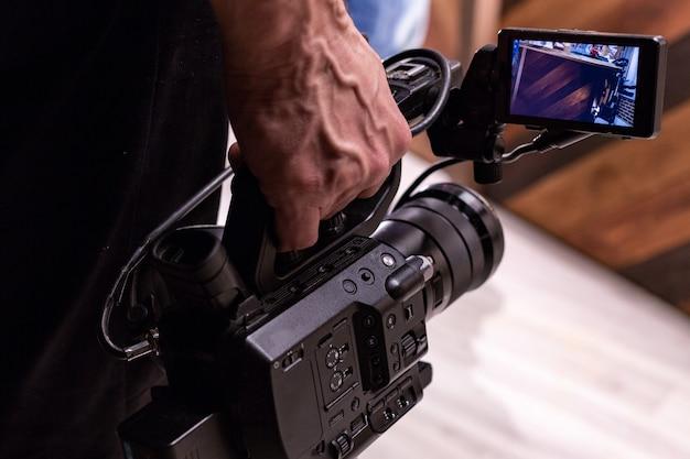 De cameraman schiet de camera