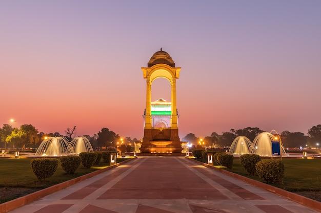 De canopy en de india gate in schemering, uitzicht vanaf het national war memorial, new delhi, india.