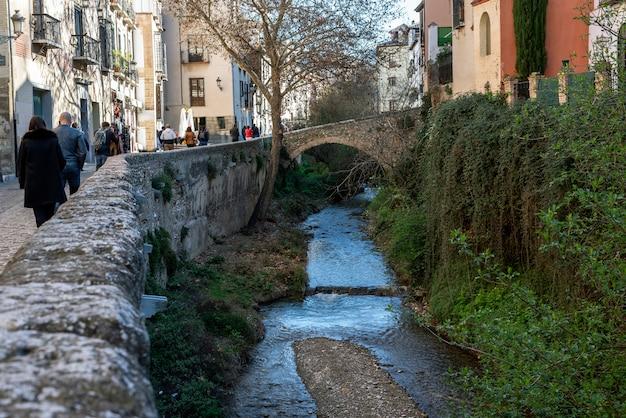 De carrera del darro-straat in granada leidt ons langs de rivier de darro naar het alhambra in granada
