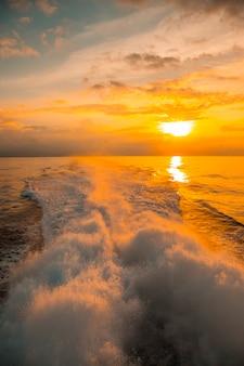De ceiba veerboot richting roatan island bij zonsondergang. honduras
