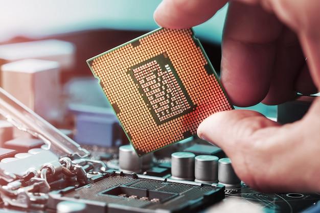 De centrale processor van de computer vervangen