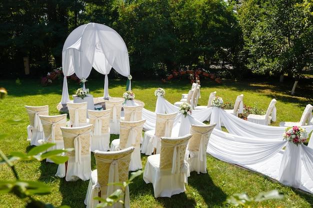 De ceremoniedecoratie van het huwelijk in het park bij zonnige dag