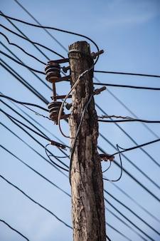 De chaos wirwar van kabels en draden