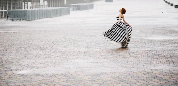 De charmante dame staat op het plein