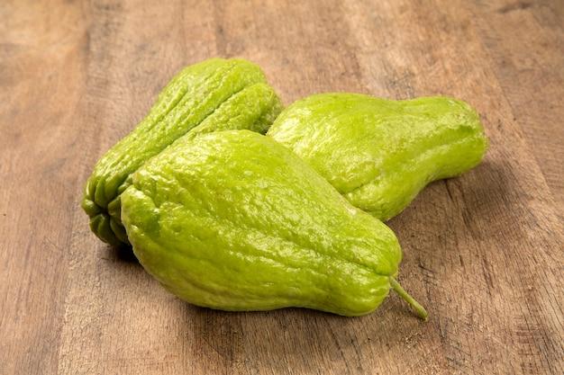 De chayote (sechium edule) is een groente afkomstig uit zuid-amerika. verse groenten.