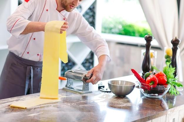 De chef bereidt de pasta voor de bezoekers.
