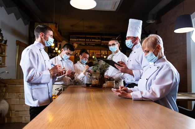 De chef geeft een briefing aan de medewerkers in het restaurant