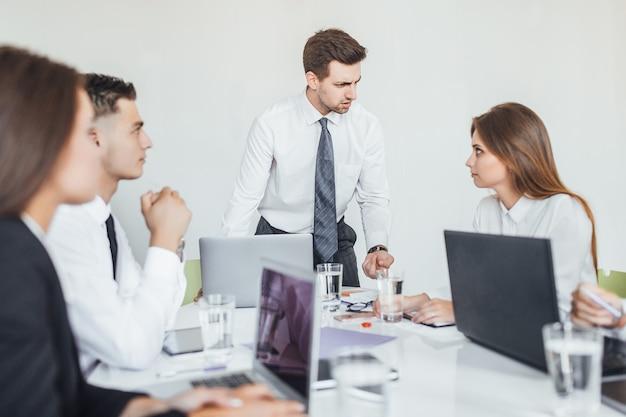 De chef houdt niet van het werk van zijn ondergeschikte en hij is boos op haar op collega's