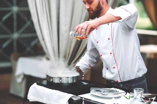 De chef-kok bereidt de foie gras voor de gasten.