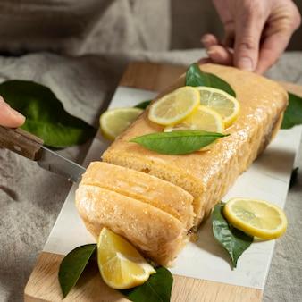 De chef-kok die van het gebakje citroentaart snijdt