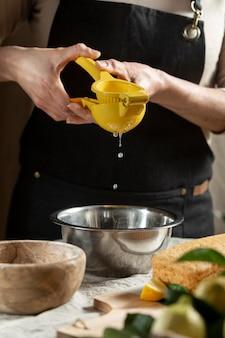 De chef-kok die van het gebakje sap voor cake knijpen