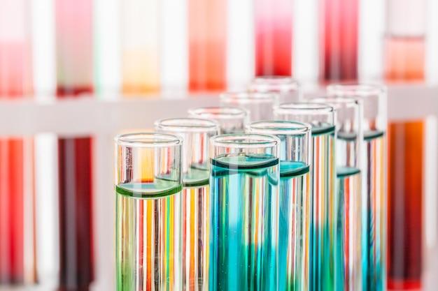 De chemische reageerbuizen van het glaslaboratorium met vloeistof voor analyse sluiten omhoog