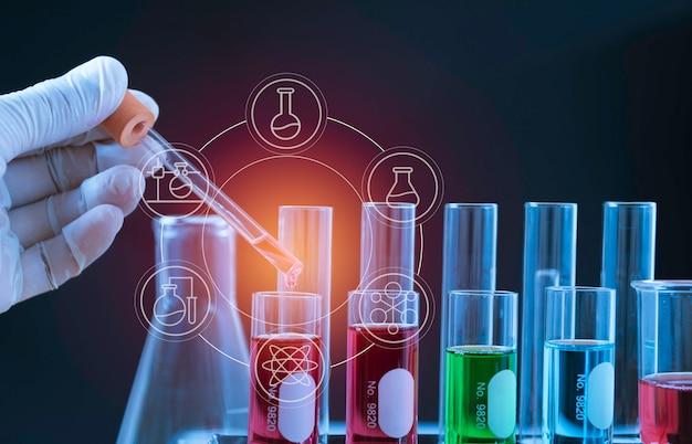 De chemische reageerbuizen van het glaslaboratorium met vloeistof voor analytisch, medisch, farmaceutisch en wetenschappelijk onderzoekconcept.