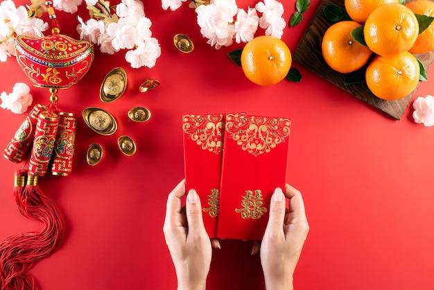 De chinese nieuwe decoratie van het jaarfestival op een rood