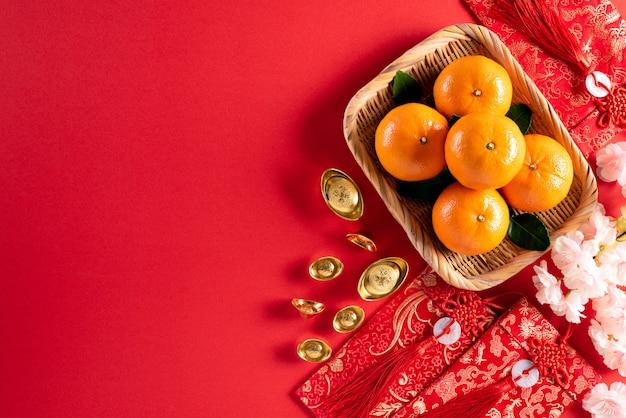 De chinese nieuwe decoratie van het jaarfestival op een rood.